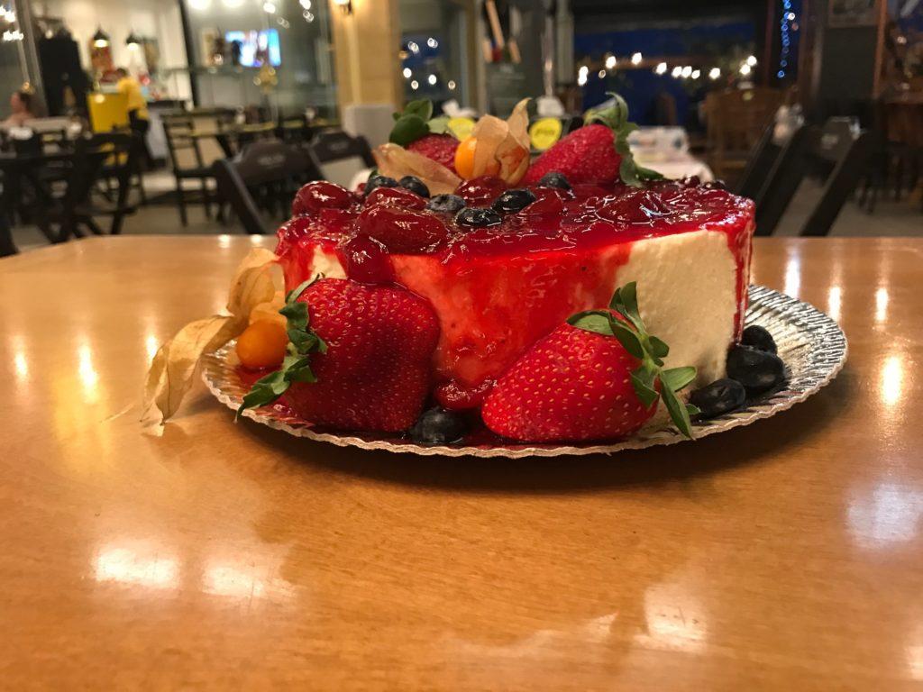 Na imagem, um cheesecake de frutas vermelhas e morango que você pode encomendar no Mercadão.