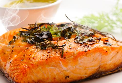 Um delicioso salmão grelhado.