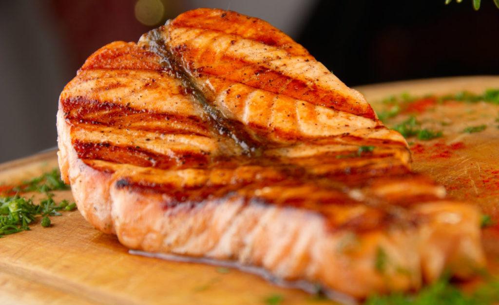 Na imagem, um salmão ao forno que você pode encomendar no Mercadão.